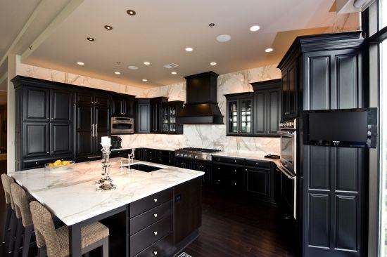 кухня черного цвета из дерева