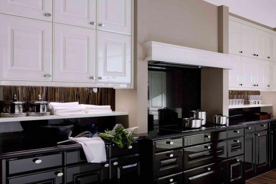 кухня черного цвета филенчатый фасад