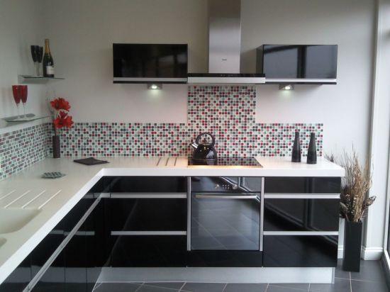 кухня черного цвета белая столешница