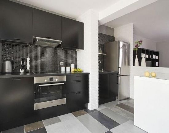 кухня черного цвета пол