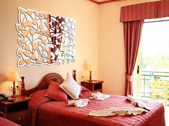 интерьер комнаты красный с металлом