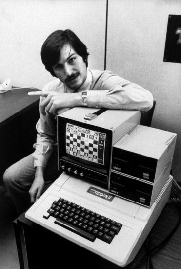 Стив Джобс с первональным компьютером