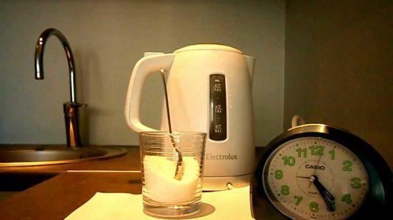 Как убрать накипь из чайника?