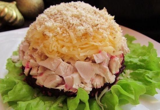 Салат слоеный праздничный с куриным филе и свеклой