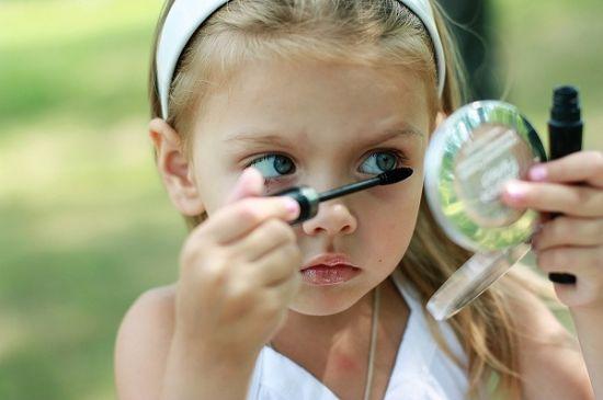 Как косметика вредит глазам