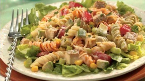 Простой салат с макаронами и беконом по-итальянски