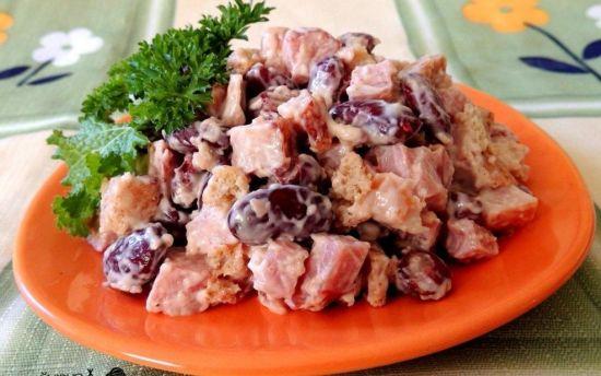 Салат из копченной курицы и фасоли