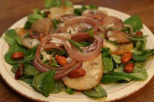 Салат с луком и запеченными грушами в медовой ароматной заправке