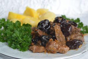 Тушеная ароматная баранина с черносливом и корицей