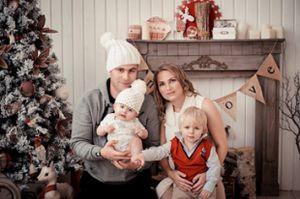 Новогодняя семейная фотосессия в студии в Москве