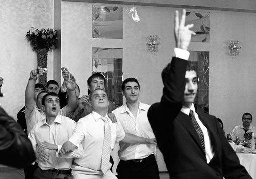 Традиция бросания повязки на свадьбе