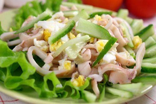 Салат с кальмарами и яичными желтками