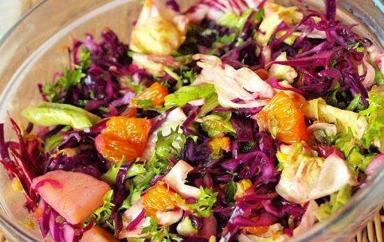 Салат из красной капусты, калины и апельсина