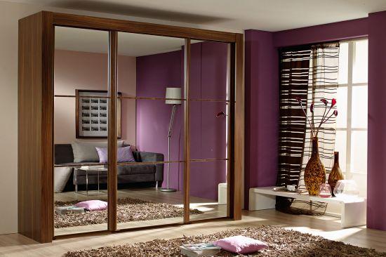 Преимущества большой мебели: трехдверный шкаф