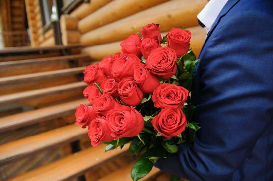 Как дополнить основной подарок букетом цветов