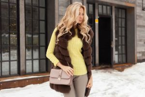 С чем носить меховую жилетку: вариации на тему