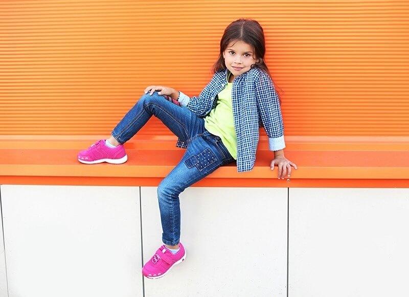 Правила выбора модных и стильных детских джинсов