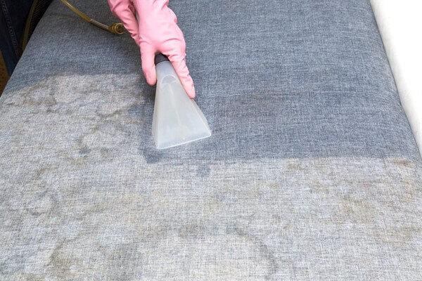 А вы знали, что можно эффективно почистить диван содой и уксусом в домашних условиях?