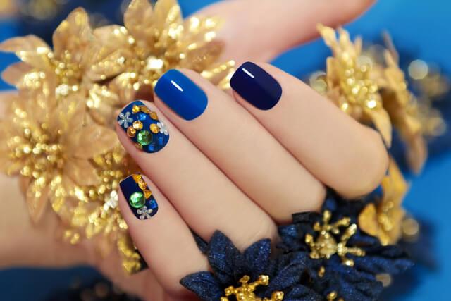Синий праздничный маникюр