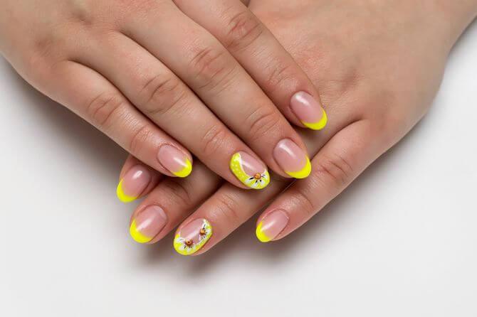 Френч желтого цвета с декором