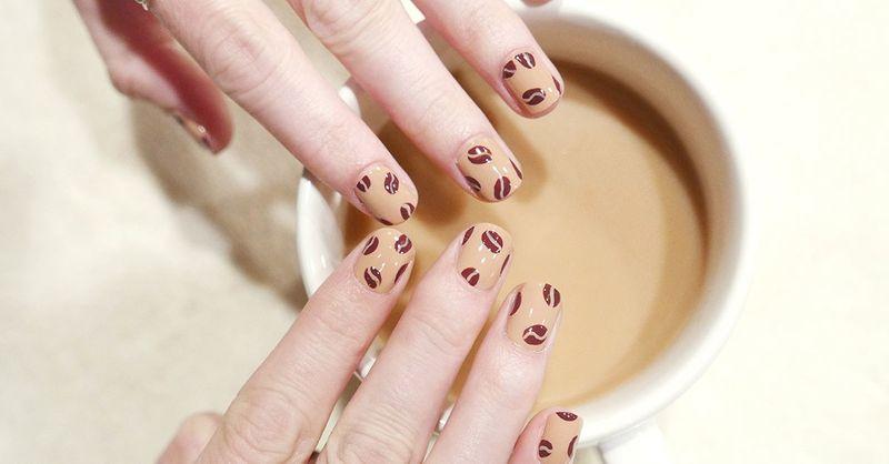 Кофейные зерна на ногтях