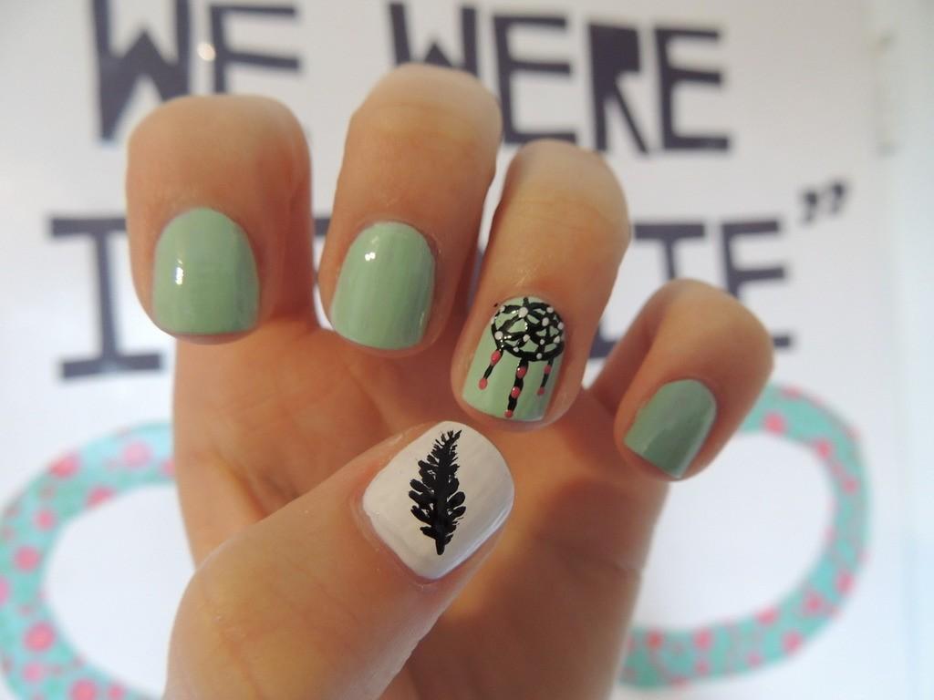 Рисунок на зеленых ногтях